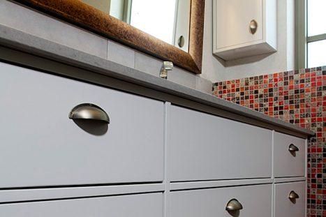חדר רחצה בהתאמה אישית בצבע לבן עם אריחים צבעוניים