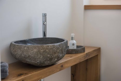 כיור אבן על מדף עץ לחדר רחצה בהתאמה אישית