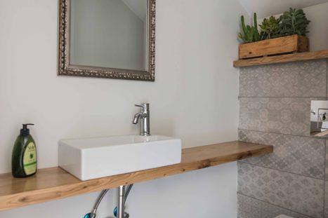 כיור לחדר רחצה מינימליסטי בהתאמה אישית עם מדף עץ לחדר רחצה קטן