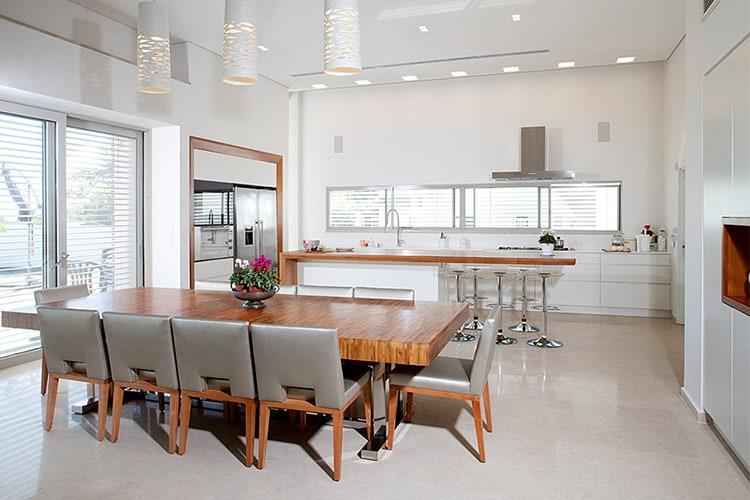 בית בעיצוב יוקרתי מודרני בנגרות בוטיק עם מטבח פתוח בצבע לבן