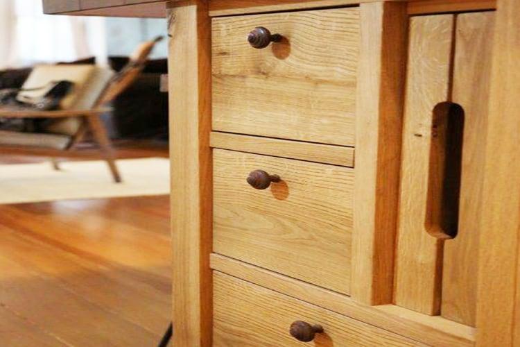 נגרות בהתאמה אישית של מגירות עץ במטבח כפרי