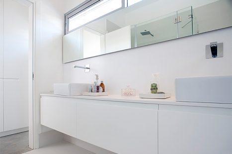 חדר רחצה בהתאמה אישית בסגנון מודרני מינימליסטי בצבע לבן