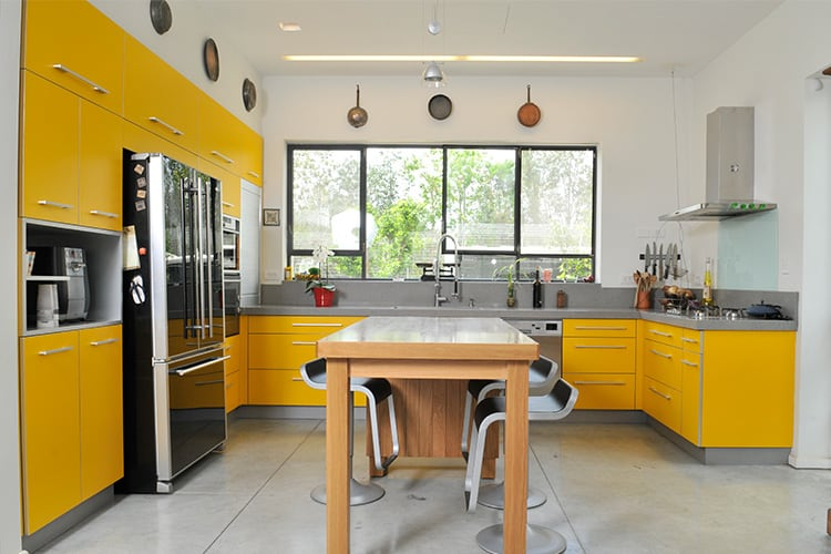מטבח כפרי מודרני בהתאמה אישית בצבע צהוב עם משטח עבודה אפור בהיר