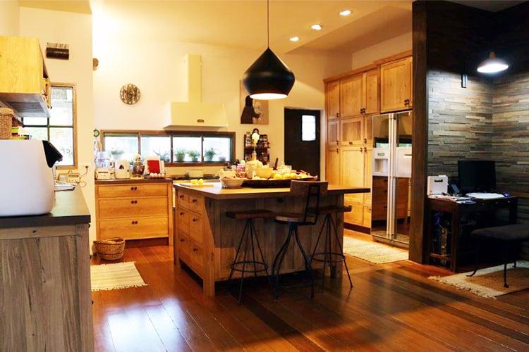 מטבח יוקרתי מעץ מלא בסגנון כפרי בהתאמה אישית