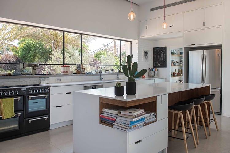 מטבח מודרני לבן בהתאמה אישית לבית פרטי