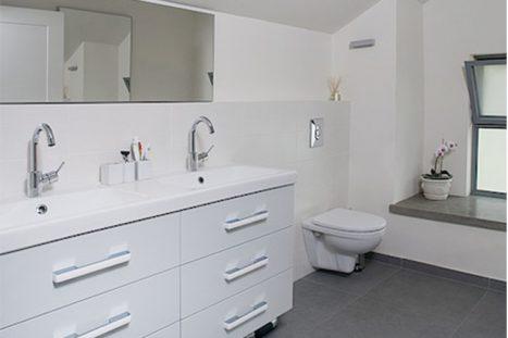 חדר רחצה בהתאמה אישית בסגנון מודני בצבע לבן עם שני כיורים