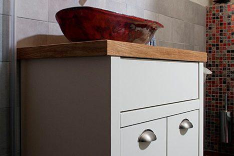 מגרות בהתאמה אישית לחדר רחצה בצבע לבן עם משטח עץ