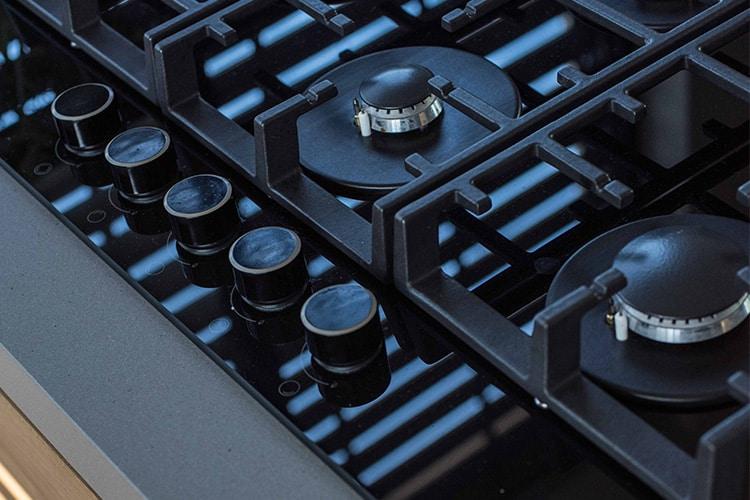 כיריים גז זכוכית בצבע שחור עם 5 להבות למטבח מודרני