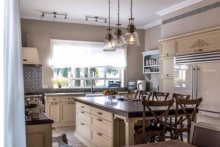 מטבח בהתאמה אישית בסגנון פרובנס בצבע בז' אי גדול וכסאות בר מעץ כהה