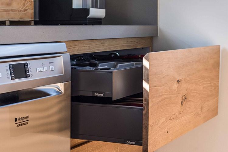 מגירה פתוחה במטבח מודרני בהתאמה אישית עם גימור עץ טבעי, נירוסטה וטיטניום