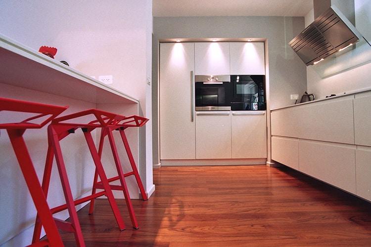 מטבח חשמלי בהתאמה אישית עם מנגנון סרבו דרייב ואי עם כיסאות בר בצבע אדום