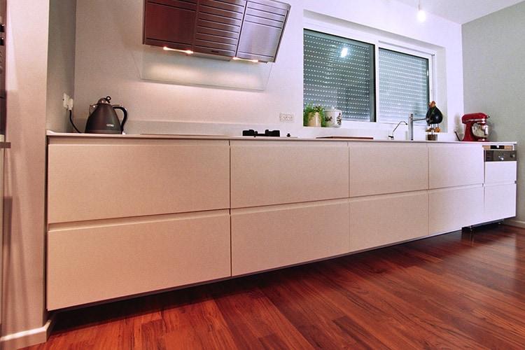 מטבח לבן בסגנון מודרני בהתאמה אישית על רצפת עץ