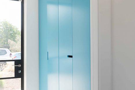 ארון קיר בהתאמה אישית בסגנון מודרני בצבע כחול