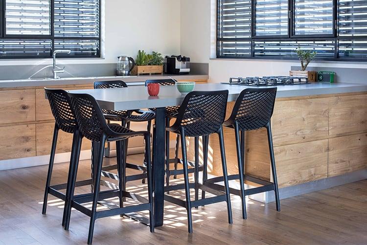 אי מטבח מודרני בהתאמה אישית מעץ ומשטח אפור בהיר עם שש כסאות בר