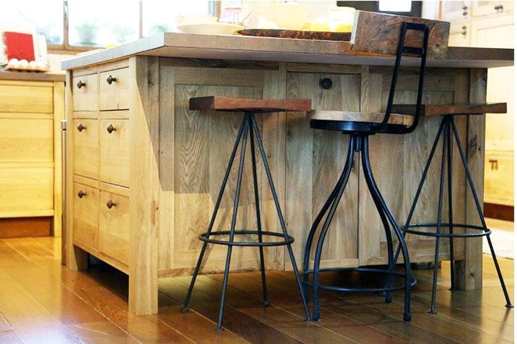 אי מעץ מלא עם כסאות בר תואמים במטבח כפרי בהתאמה אישית