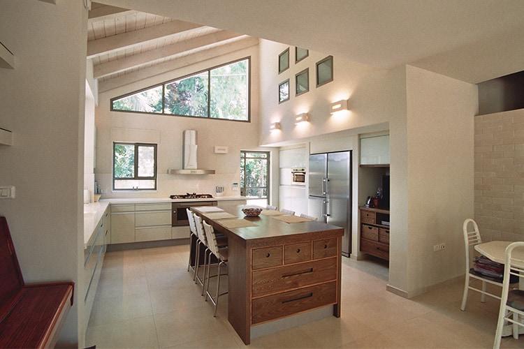 מטבח מודרני לבן בהתאמה אישית עם אי מעץ בסגנון כפרי