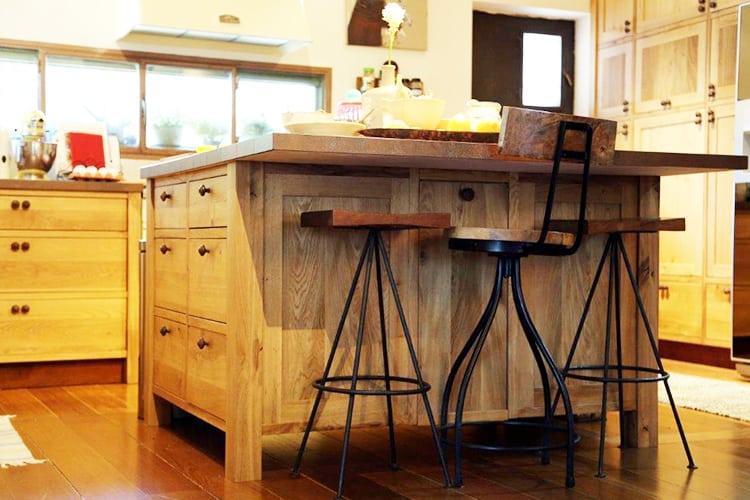 אי מטבח בסגנון כפרי מעץ מלא עם כסאות בר בהתאמה אישית