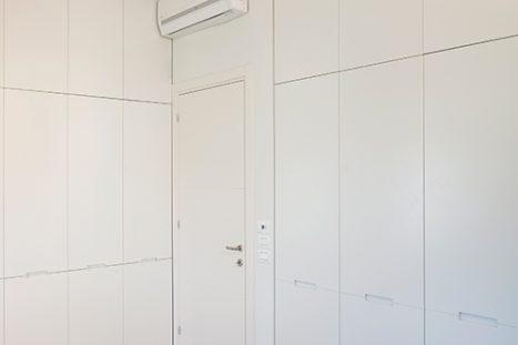 ארונות קיר בהתאמה אישית בסגנון מודרני מינימליסטי בצבע לבן לחדר השינה