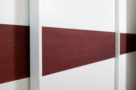 ארון קיר בנגרות אישית עם דלתות הזזה בצבע לבן ועץ