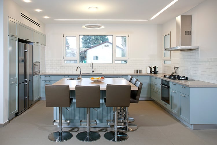 אי מטבח כפרי גימור צבע בתנור מסוגנן עם חירוץ עם כסאות בר מודרניים