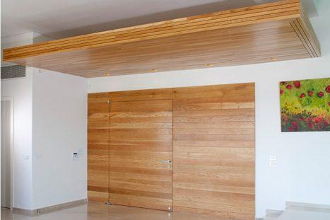 נגרות בהתאמה אישית של דלתות כניסה וחופת עץ בכניסה