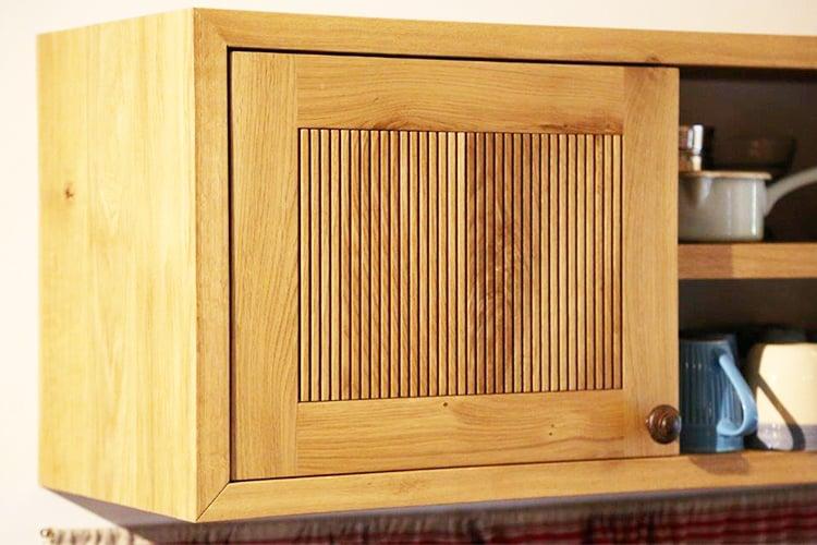 דלת מטבח כפרי מעץ מלא מחורצת בהתאמה אישית