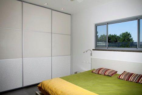 ארון קיר עם דלתות הזזה בהתאמה אישית בסגנון מודרני לבן