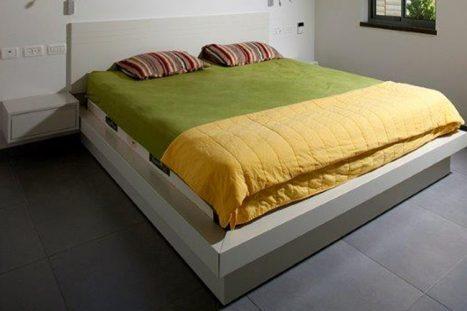 בסיס מיטה בהתאמה אישית עם שידות לילה תואמות בסגנון מודרני בצבע לבן