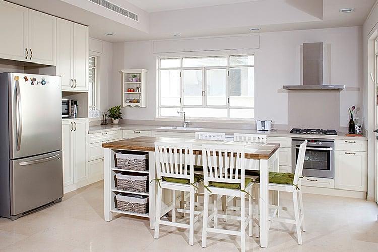מטבח לבן בסגנון כפרי, צביעה בתנור ועץ מלא
