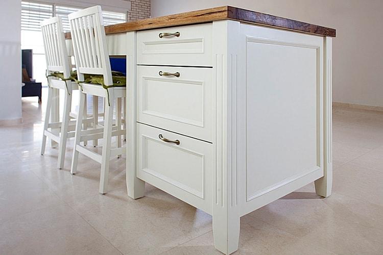 אי מטבח כפרי בצבע לבן צבוע בתנור עם מגירות אחסון מסוגננות