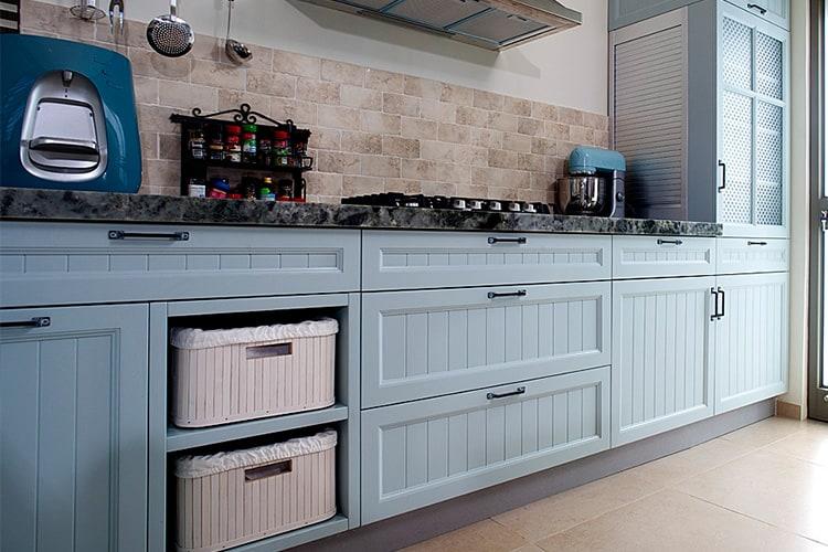 מטבח כפרי גמר צבע בתנור עם דלת מסוגננת עם חירוץ