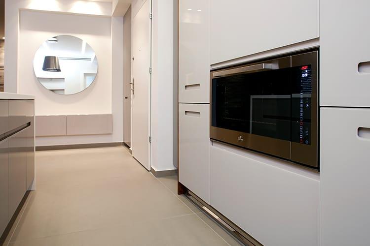 מטבח מודרני בהתאמה אישית בסגנון מודרני בצבע לבן