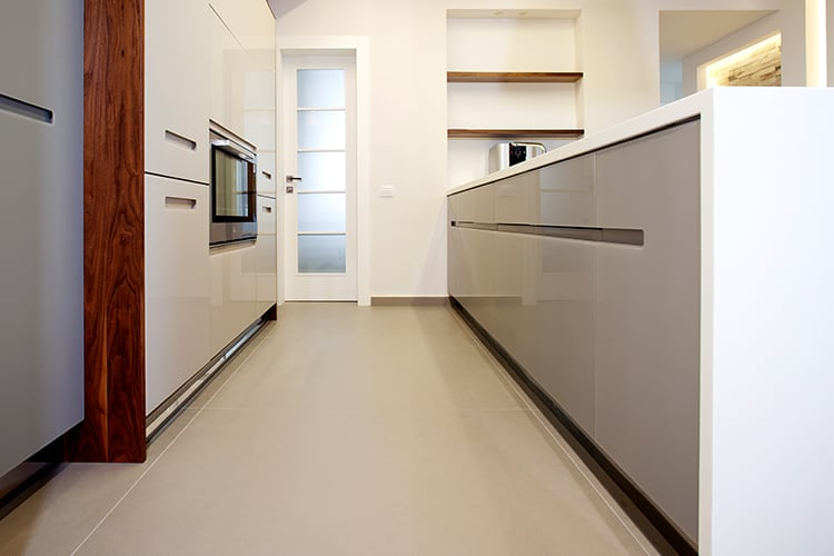 מגירות עץ מלא בתוך במטבח מינימליסטי לבן בהתאמה אישית בסגנון מודרני