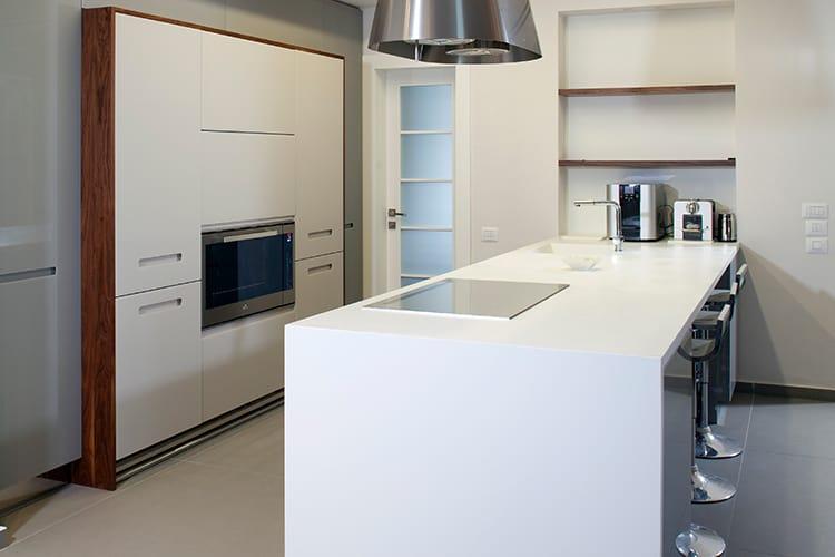 שילוב של לבן ועץ מלא במטבח מודרני בהתאמה אישית