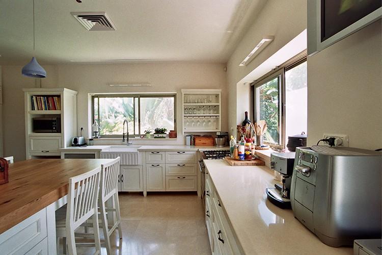 מטבח פרובנס בהתאמה אישית בצבע לבן עם אי מעץ אלון טבעי