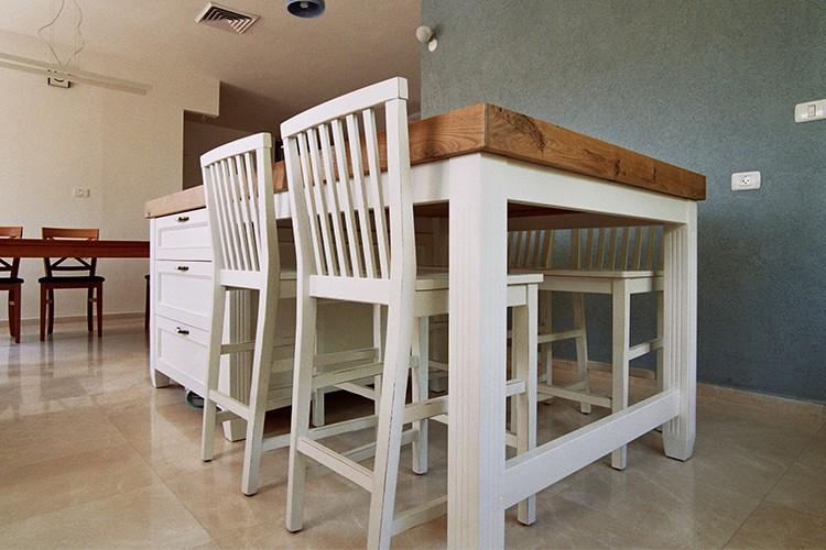 אי מטבח בהתאמה אישית בסגנון פרובנס לבן עם משטח עץ אלון טבעי וכסאות בר לבנות