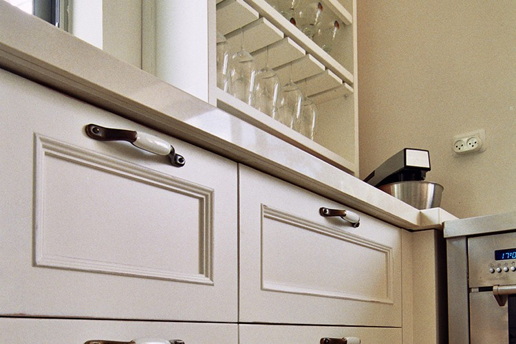 מגירות מטבח לבנות מעוצבות בהתאמה אישית בסגנון פרובנס עם פרזול מתכת כהה וידיות לבנות