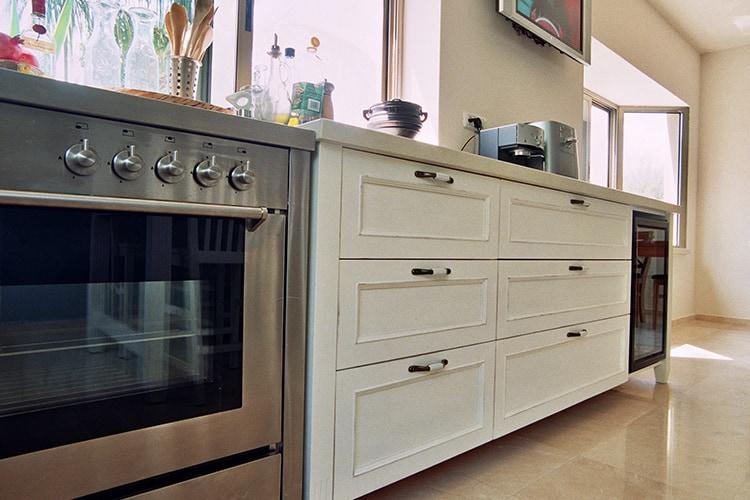 עיצוב בהתאמה אישית של ארונות מטבח פרובנס לבן על רצפת חלילה