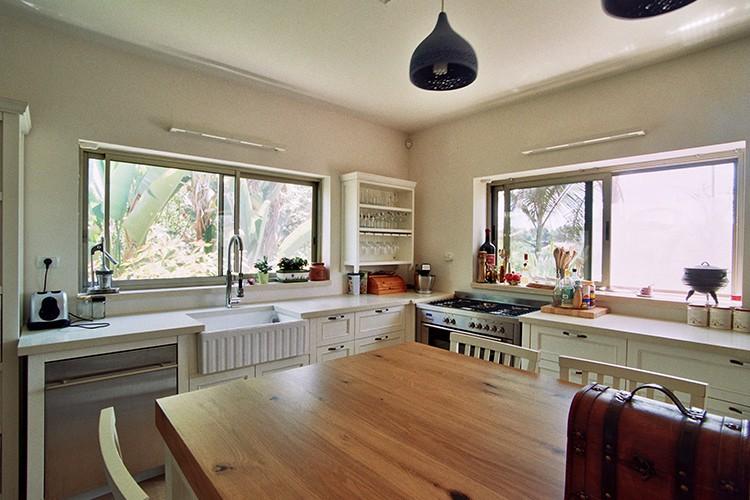 אי מעץ אלון בנגרות בהתאמה אישית מטבח פרובנס לבן בקומת קרקע