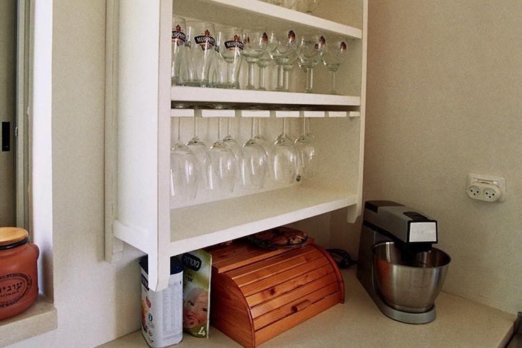 ארון פתוח לכוסות יין ובירה במטבח בסגנון פרובנס