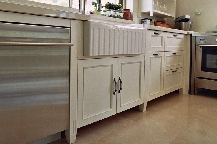 מטבח לבן בהתאמה אישית בסגנון פרובנס עם תנור נירוסטה על רצפת חלילה