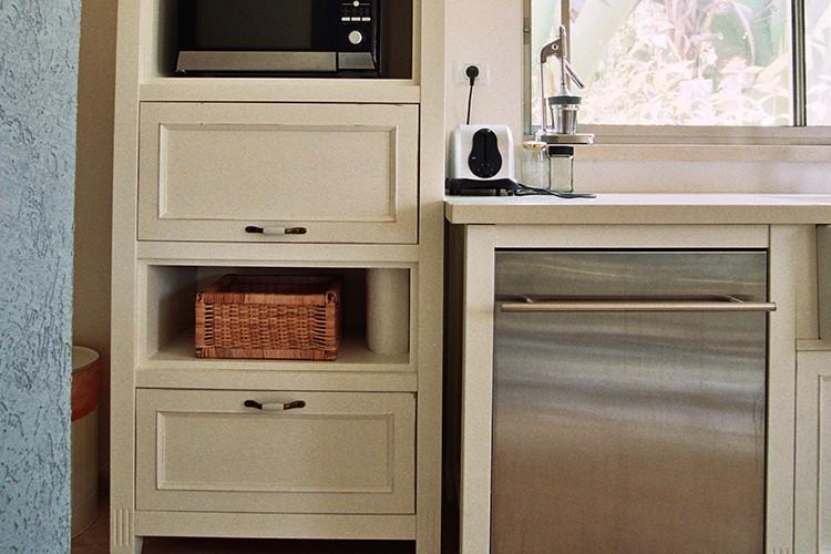 ארון מטבח בהתאמה אישית בסגנון פרובנס בצבע לבן