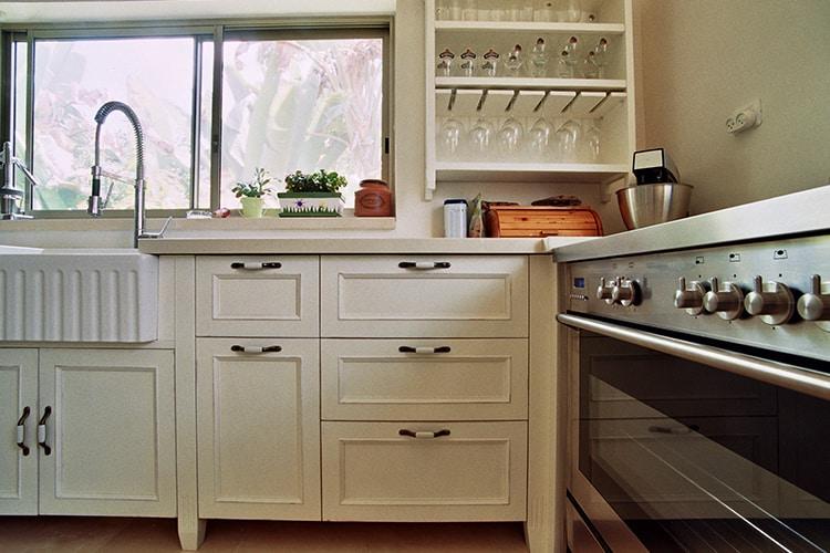 מטבח בסגנון פרובנס בהתאמה אישית בצבע לבן עם תנור ואביזרים בגימור נירוסטה