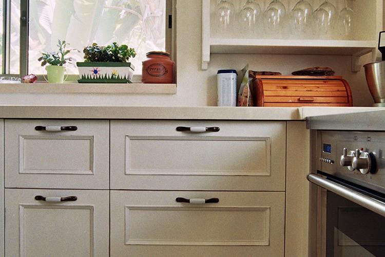 מטבח פרובנס בהתאמה אישית עם דלת מסוגננת, ויחידת נוי לכוסות. צביעה בתנור
