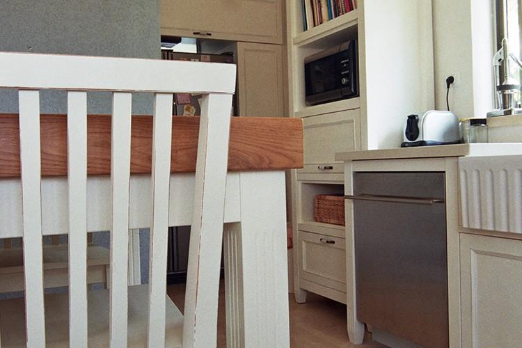כיסא בר למטבח בנגרות בהתאמה אישית בסגנון פרובנס בגימור לבן שבור