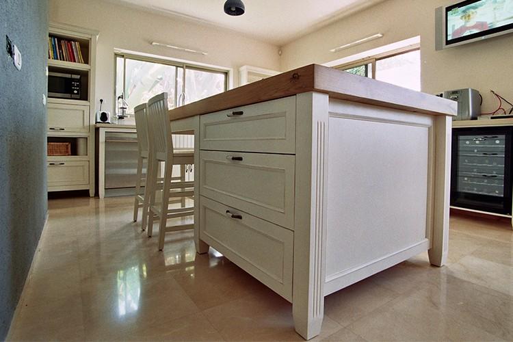 אי מטבח בהתאמה אישית בצבע לבן בסגנון פרובנס עם משטח מעץ אלון